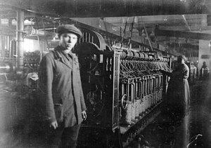 В цехе джуто-ткацкой фабрики.