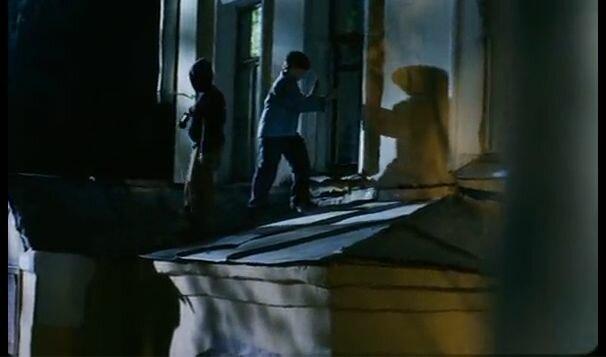 """Хитровка в кадрах из фильма """"Азирис Нуна"""". 2006 год. Стас и Костя вылезают из окна квартиры в доме Телешова."""