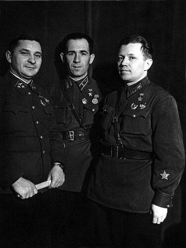 Слева направо: генерал-майор И.Г. Пятыхин, капитан А.Я.Летучий и полккомиссар А.Н.Костылев.