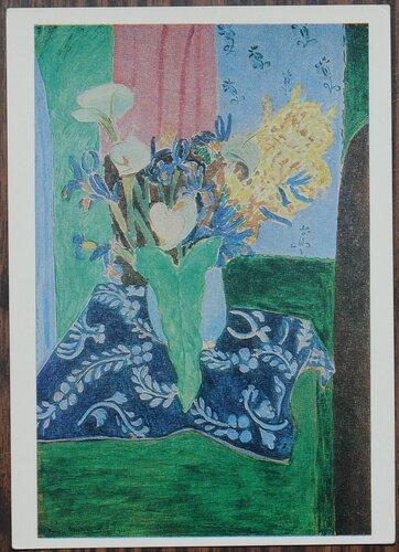Голубая ваза с цветами на синей скатерти