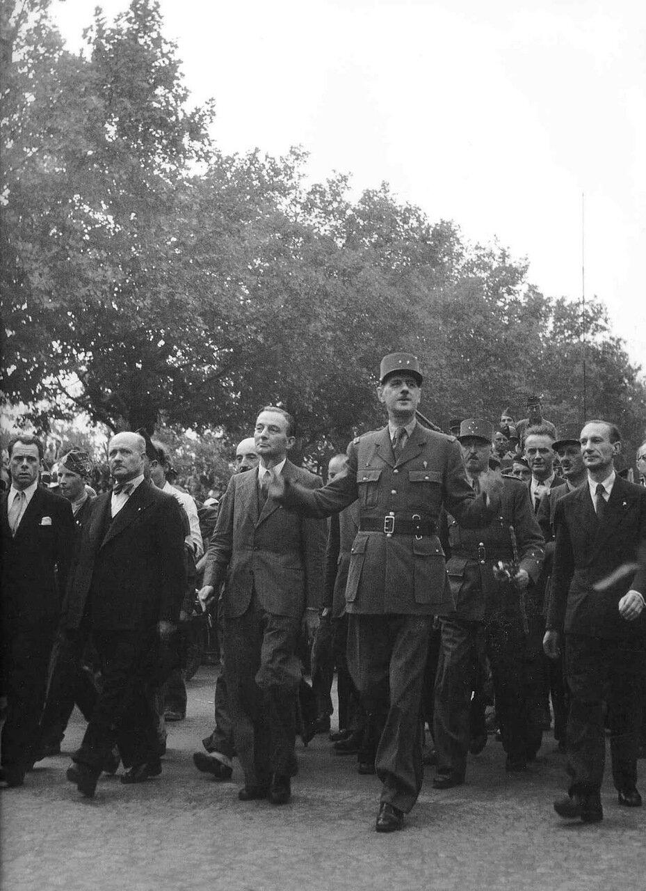 1945. Де Голль в Париже