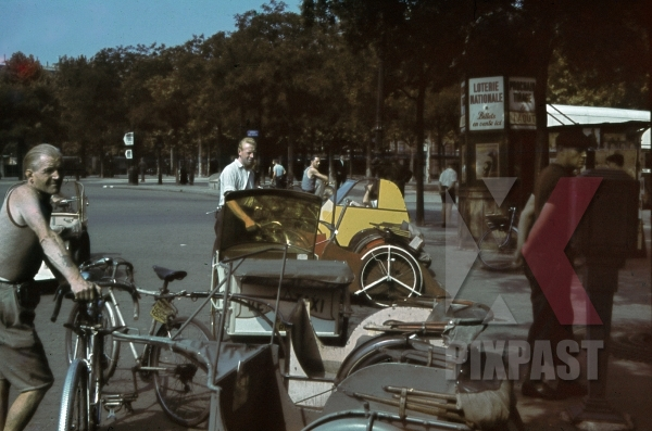 stock-photo-quottourist-taxisquot-at-the-charles-de-gaulle-square-in-paris-france-1940-10934.jpg