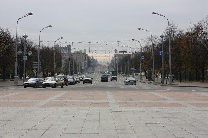 Минск, воскресенье, примерно 17 часов. Вид от площади Победы на проспект Независимости