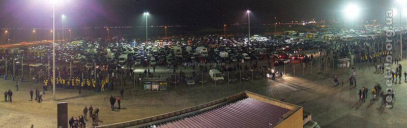 Паркінг на південь від стадіону. Далі видно тягучку на Кільцевій.