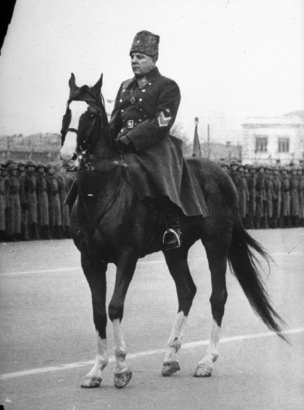 Маршал К.Е. Ворошилов принимает парад в Куйбышеве 7 ноября 1941 года.jpg