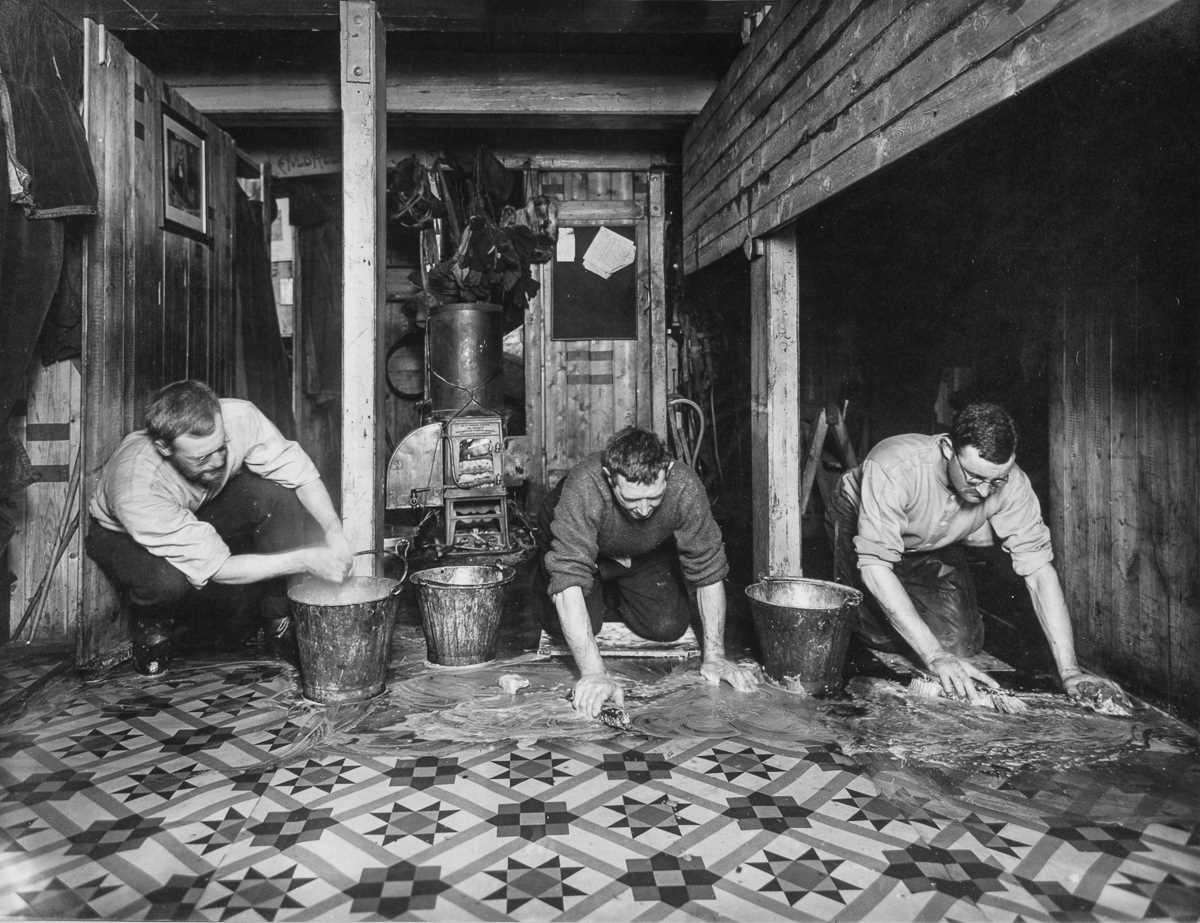 37. Джеймс Уорди, Альфред Читэм и Александр Маклин моют полы в «Ритце» на борту «Эндьюранса».