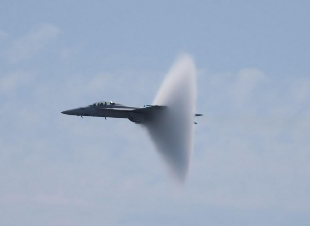 1. Вопреки всеобщему мнению, этот эффект появляется не тогда, когда самолет преодолевает звуковой ба