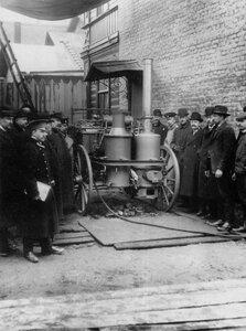 Группа инженеров у паровой машины.