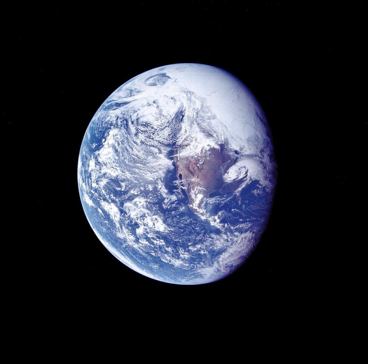 На второй день полёта, после подъёма экипажа, «Аполлон-16» находился на расстоянии около 182 000 км от Земли. На снимке: Фотография Земли, сделанная во время полёта «Аполлона-16» к Луне.