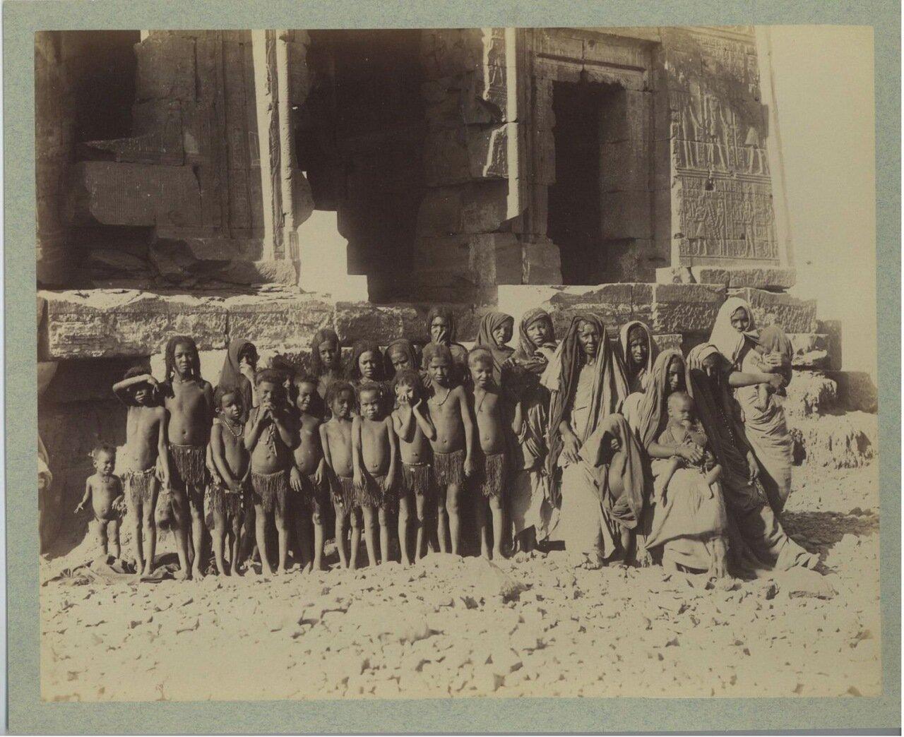 Луксор. Группа арабских детей