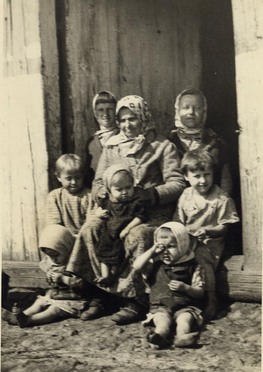 Вокруг бабушки. Снимок сделан в д. Гуденята.1939