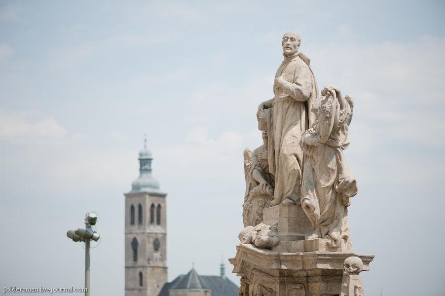 скульптура святого у собора святой варвары