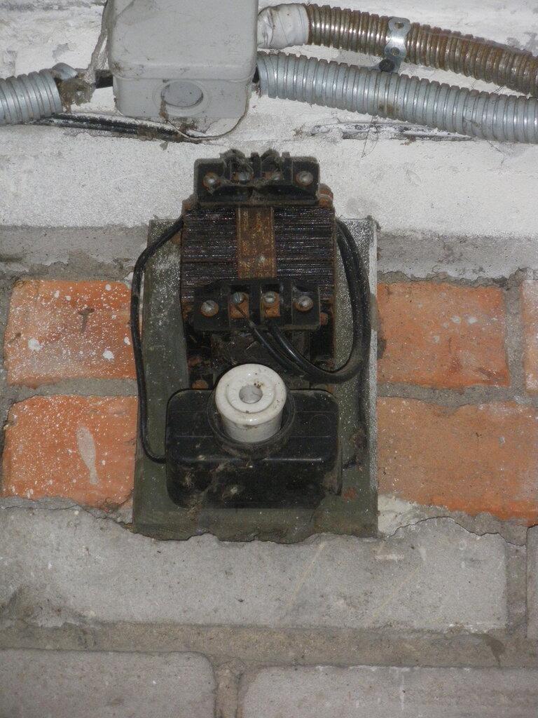Обратите внимание на то, что раньше фонари наружного освещения включались через контактор, установленный прямо на фасаде дома.
