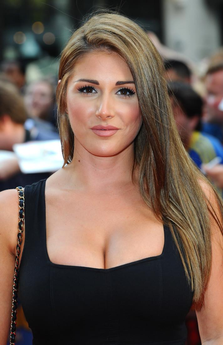 Актриса и фотомодель Люси Пиндер тоже может похвастаться пятым размером груди.