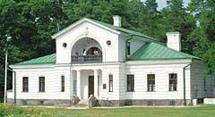 Одна из служб двух отдельных строений, возведенных в 30-е - 40 гг. XIX века перед дворцом. Стиль позднего классицизма. Сегодня здесь гостиница