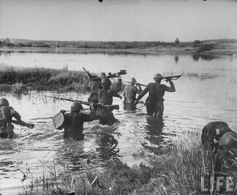 Красноармейцы переходят вброд реку.jpg