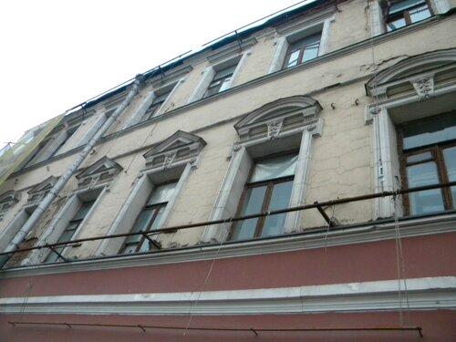 Пречистенка, а фасад валится вниз...