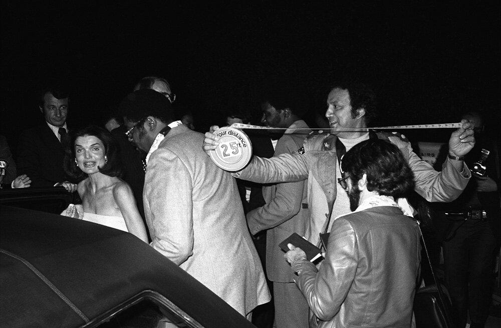Жаклин Кеннеди (Jacqueline Kennedy) и Рон Галлела (Ron Galella), 1976