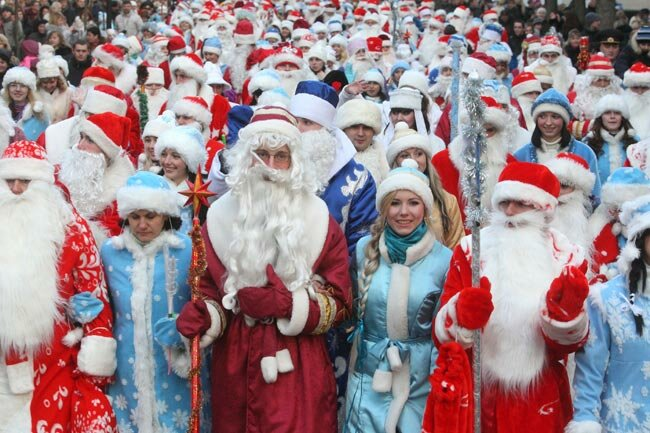 Картинки по запросу Около 600 Дедов Морозов и Снегурочек прошли шествием по центру Гродно