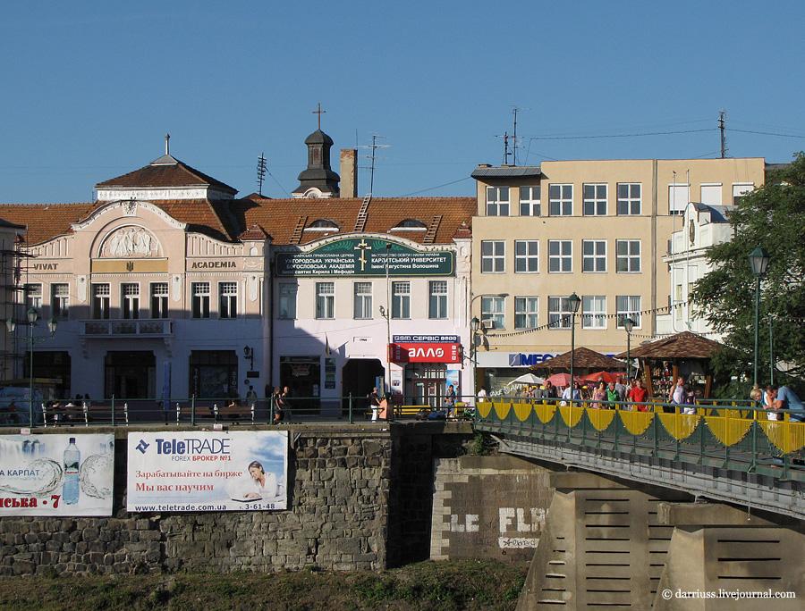 Ужгород: пешеходный мост и Театральная площадь в 2011
