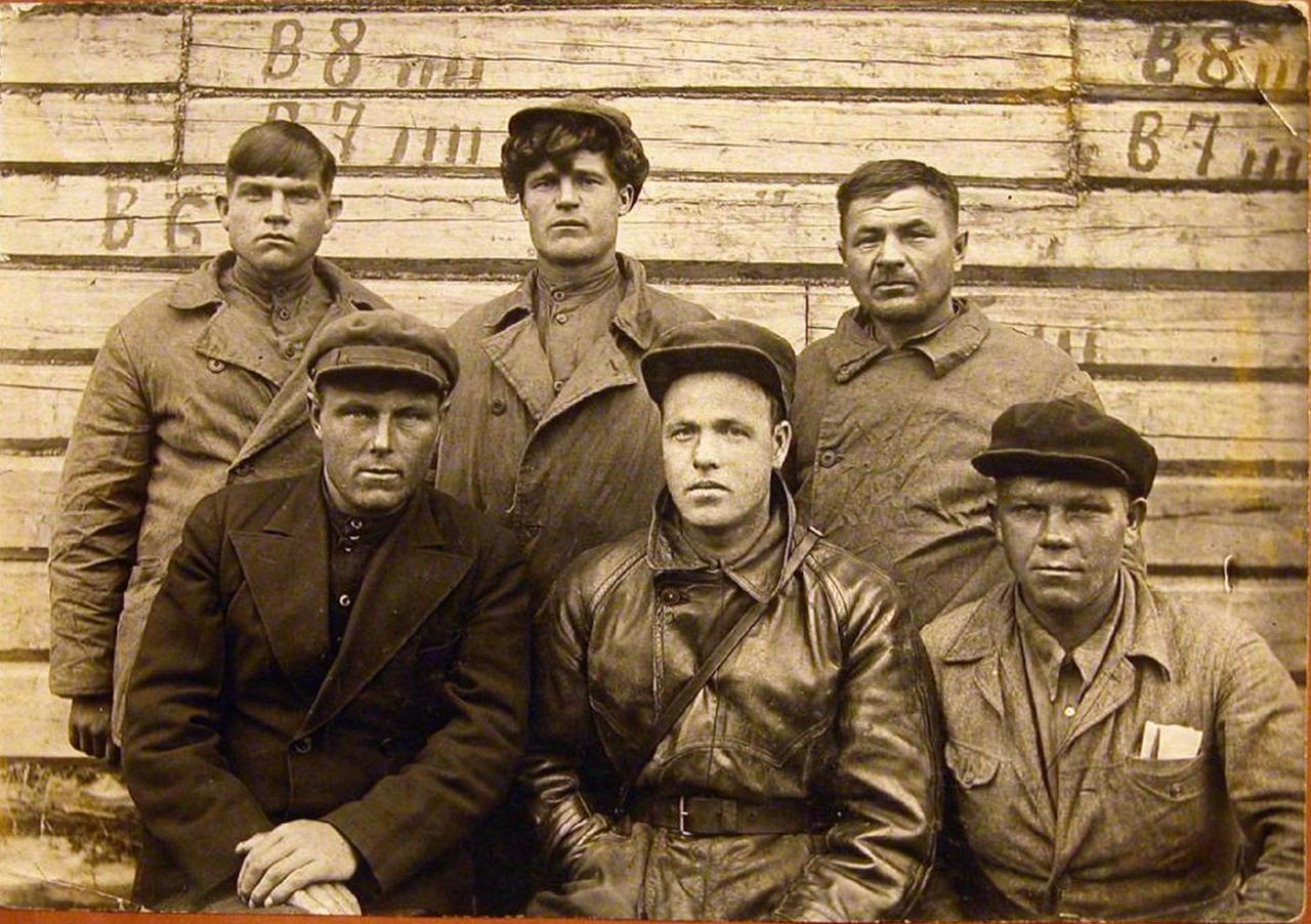 Группа работников администрации лагеря и заключенных. Лагпункт Судострой, Ухтпечлаг