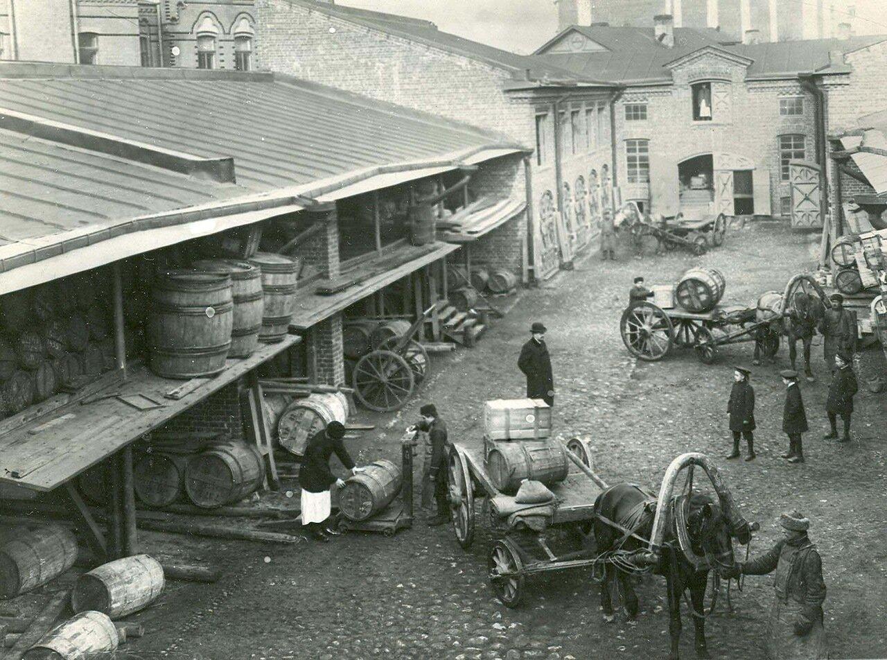 10. Прием товаров на складе во дворе завода