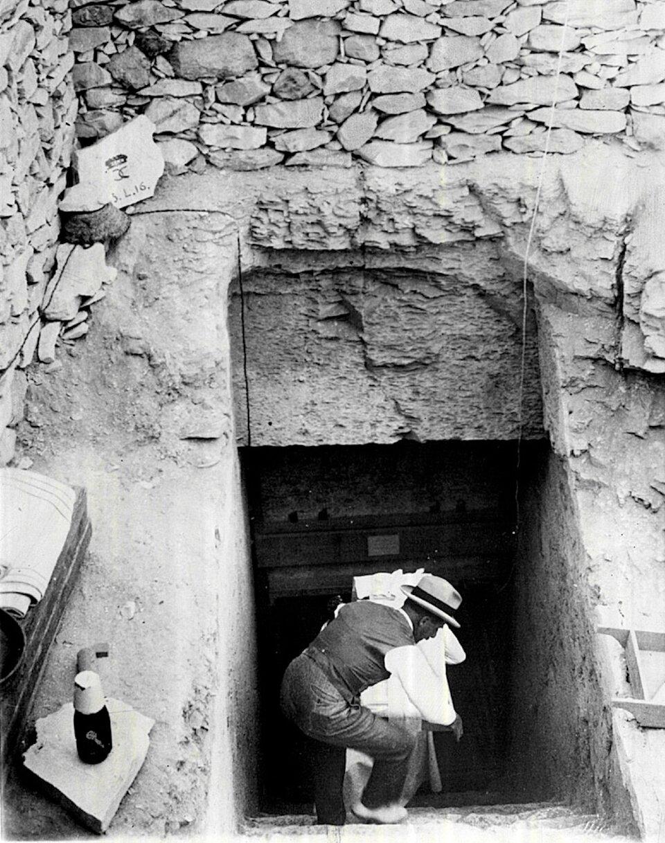 Дэвис, сотрудник Говарда Картера помогает выносить предметы из гробницы Тутанхамона.1923