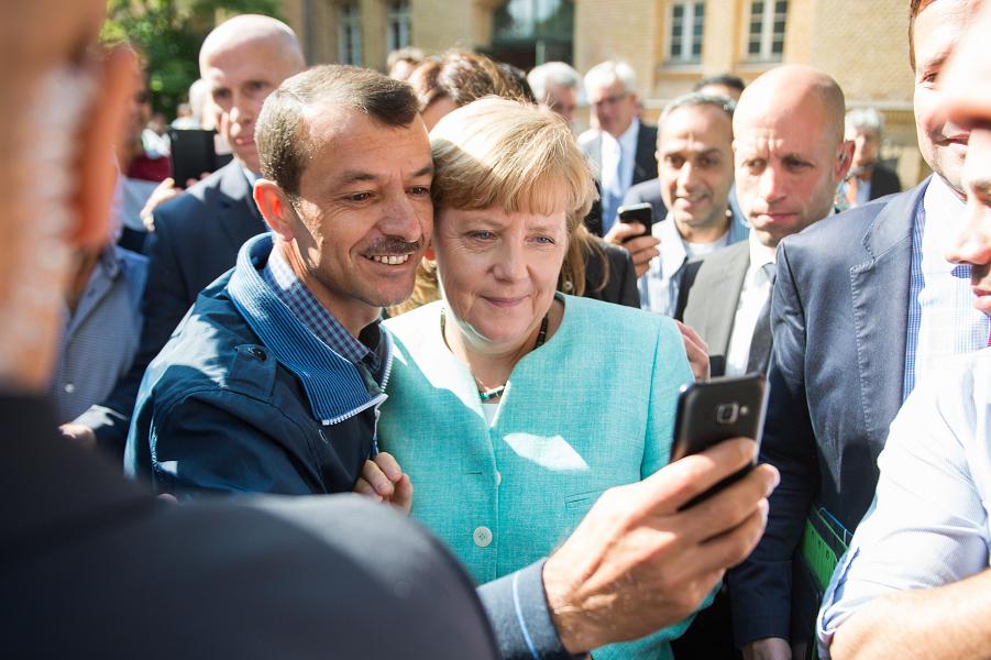 Меркель и беженцы.png