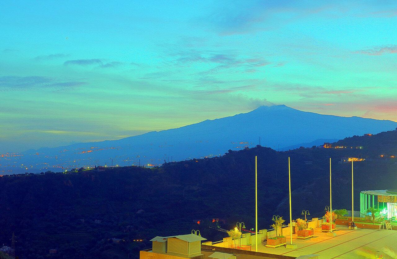 Этна на фоне заката. Вид из Таормины (HDR)