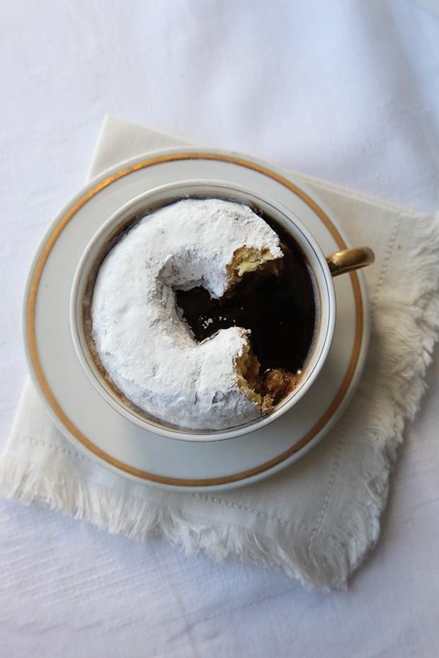 5. Пончик в кофе.