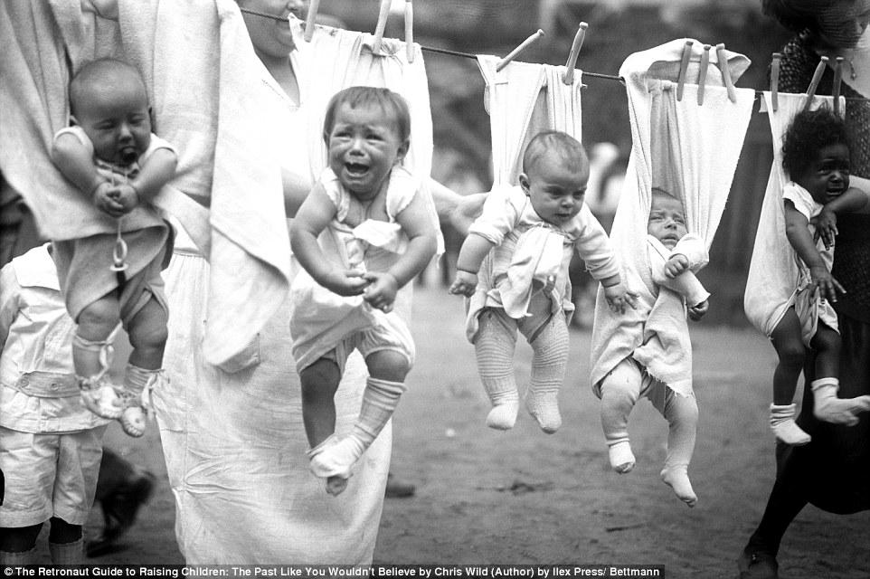 Малышей «сушат» на веревке, и, похоже, они от этого не в восторге.