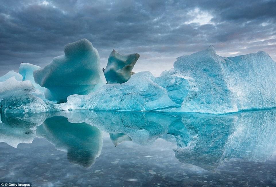 Летнее таяние айсбергов в Йёкюльсаурлоуне, Исландия. В чистейшей воде виден каждый камушек.