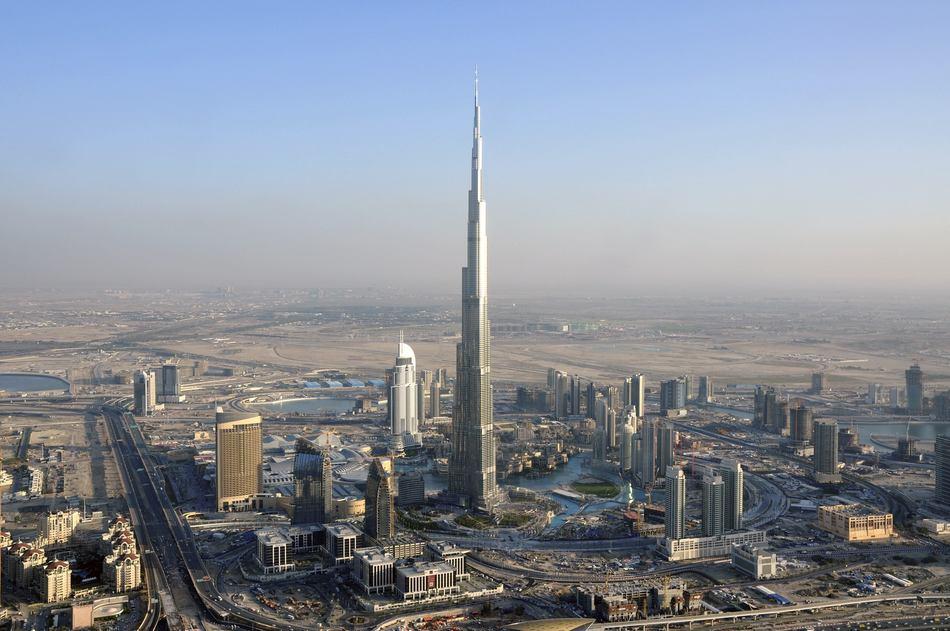 По своей форме небоскреб очень похож сталагмит. Обошелся гигант примерно в 1,5 миллиарда долларов. Э