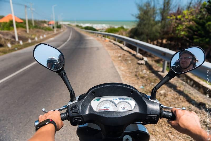 44. На некоторых, особенно оживленных трассах, есть выделенные дороги для мотобайков, а в горо