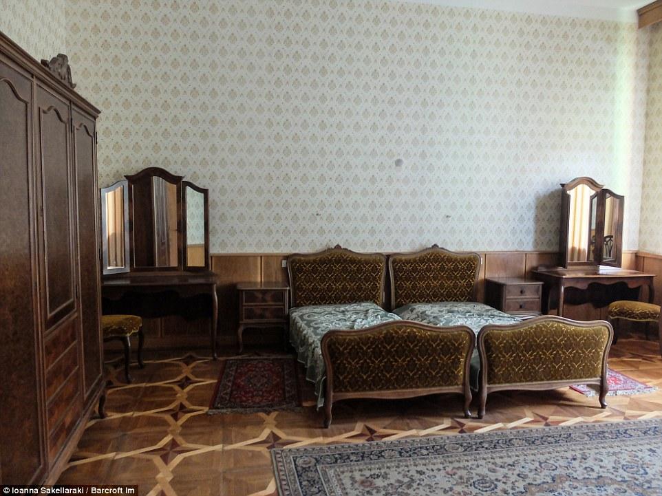 Во многих спальнях можно заметить не большую односпальную кровать, а сдвинутые вместе две кровати.