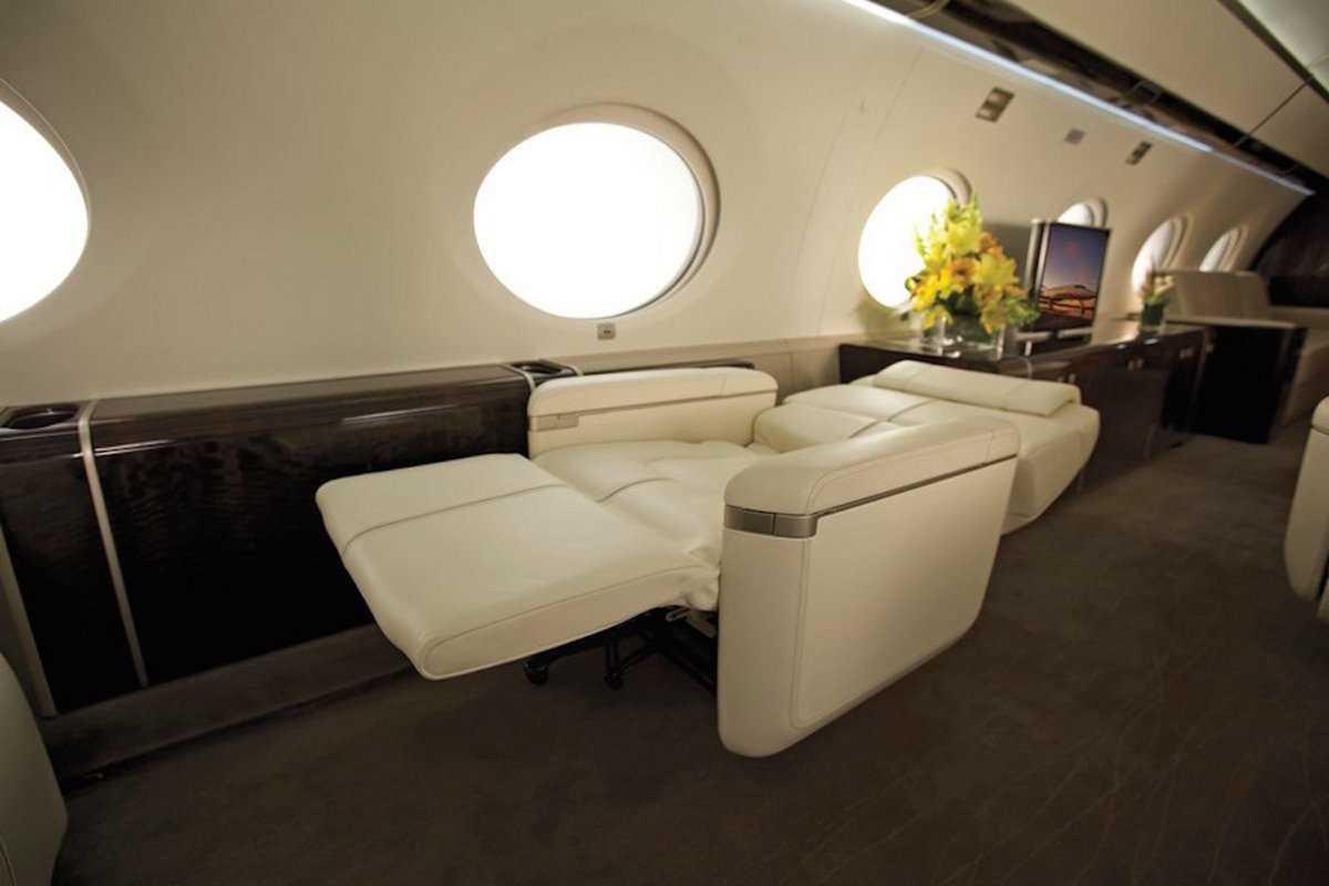9. Самолет поставляется с роскошными креслами, которые полностью раскладываются, если вы захотите по