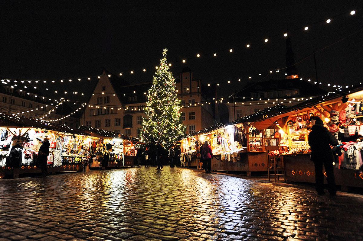 3. Ближе к Рождеству Старый город больше напоминает сказку: море огней, ярмарка, живая елка и глинтв