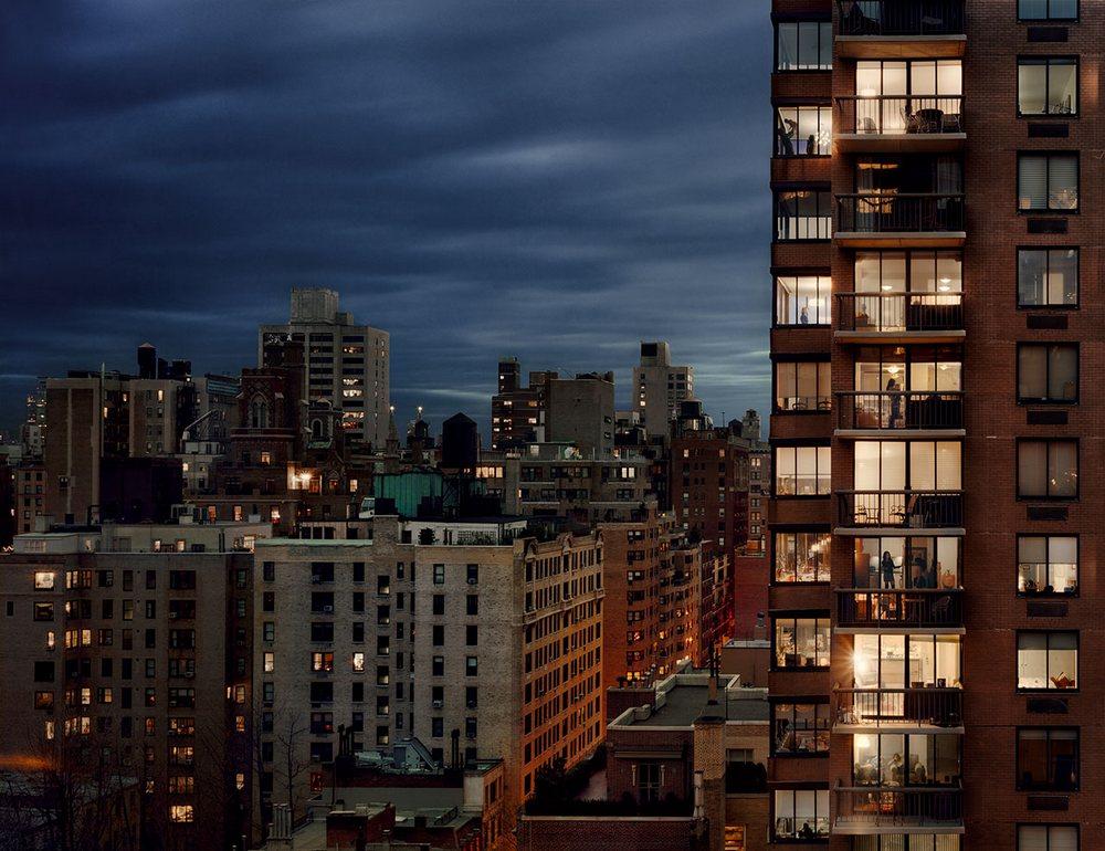 «Из моего окна»: фотограф Гейл Алберт-Халабан заглянула в окна жителей Парижа и Нью-Йорка