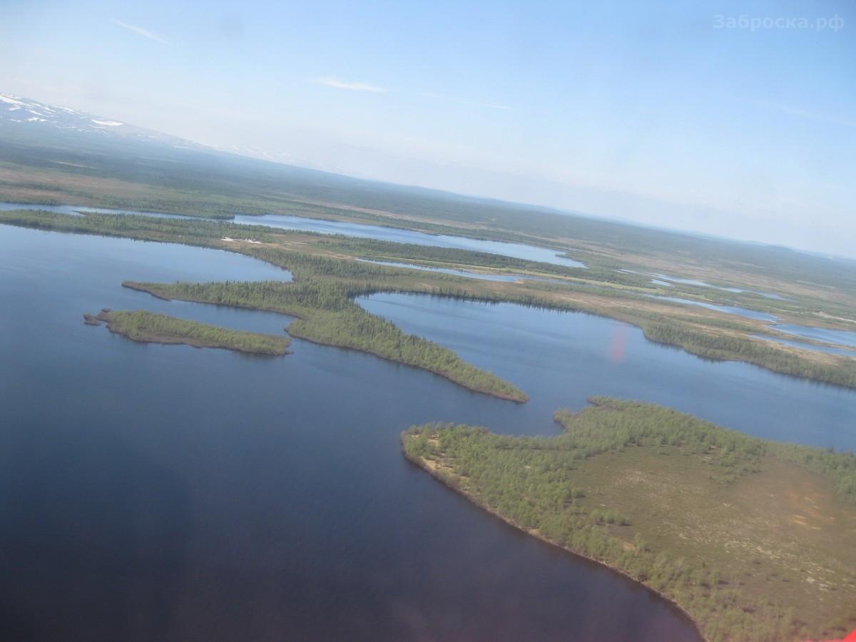 2.? Пролетаем над тайгой и болотом, вдали виднеются горы Ловозерские тундры. Зимой до Краснощелья, к
