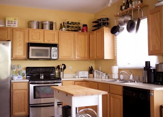 Фасады, обновленные спомощью белой краски, итакогоже цвета фартук нетолько делают кухню светлее,