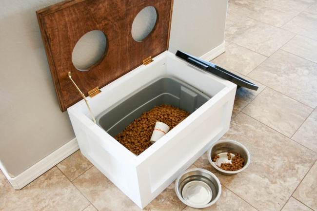 Смастерить такую удобную кормушку для собак сотдельным хранилищем для корма вам помогут здесь . <br