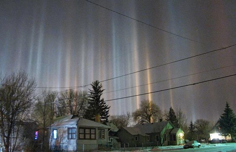 При низких температурах и определенном атмосферном давлении могут образовываться световые столбы. Их
