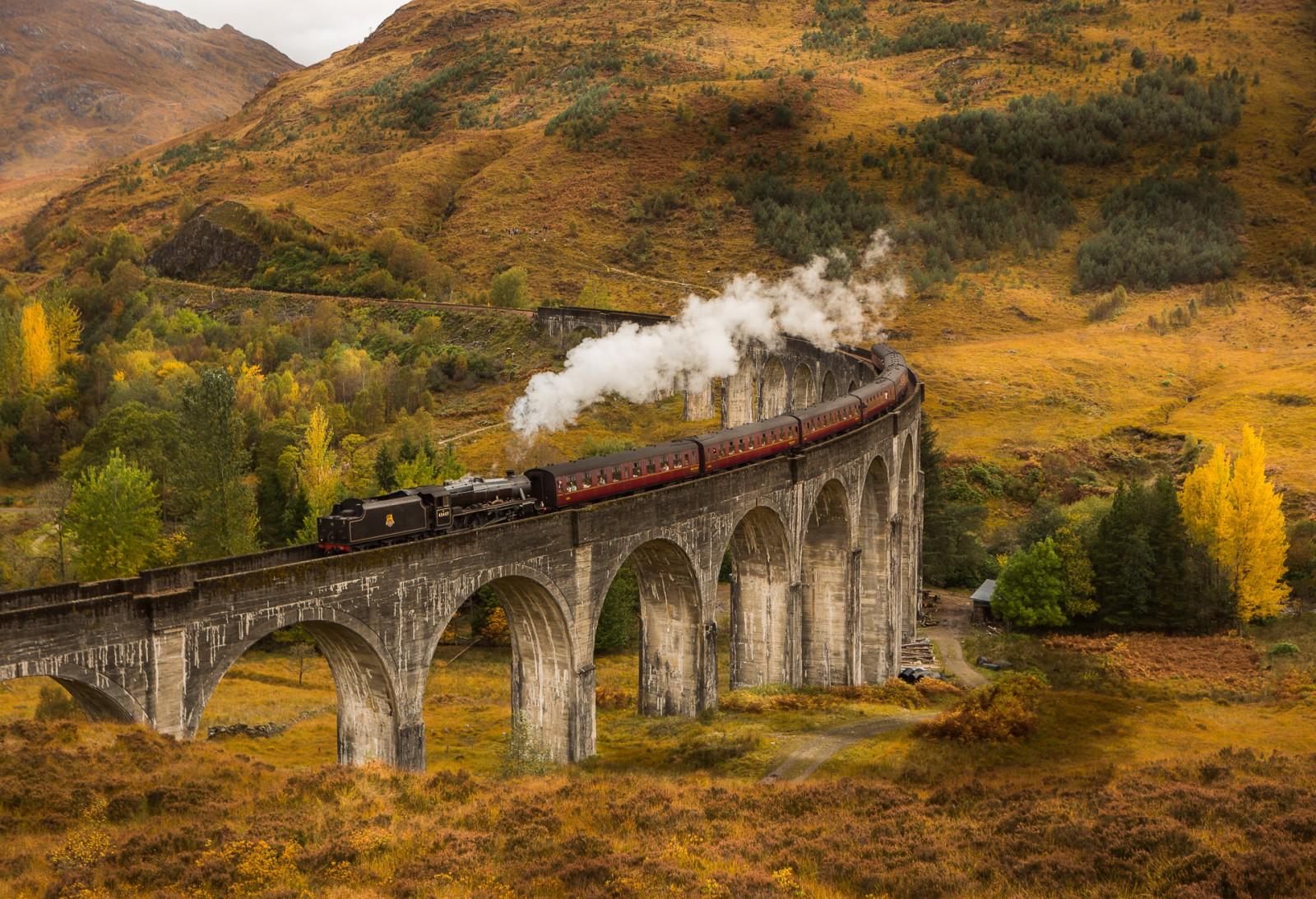 Построенный в 1901 году виадук находится в долине Гленфиннан между двумя горами, расположенными возл