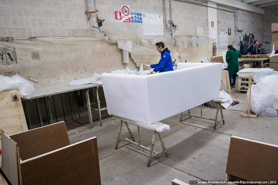 19. А затем, когда поролон уложен, мастер будет обшивать конструкцию заранее подготовленными от