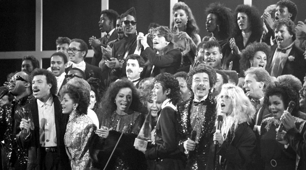 Звезды эстрады и кино совместно исполняют песню We Are the World, чтобы обратить внимание мира на го