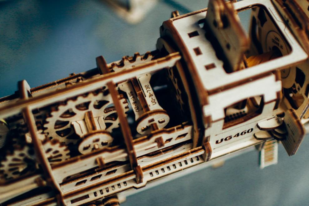 Все готовые модели работают за счет механики. При этом в наборах нет ничего кроме деревянных деталей
