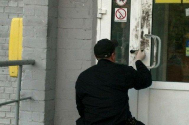 ВКиеве мужчина собрезом и в врачебной маске ограбил почту