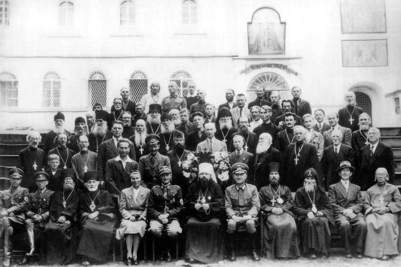 Митр. Сергий (Воскресенский) и монахи Псковско-Печерского монастыря (РПЦ) с немецкими офицерами. 1941 год