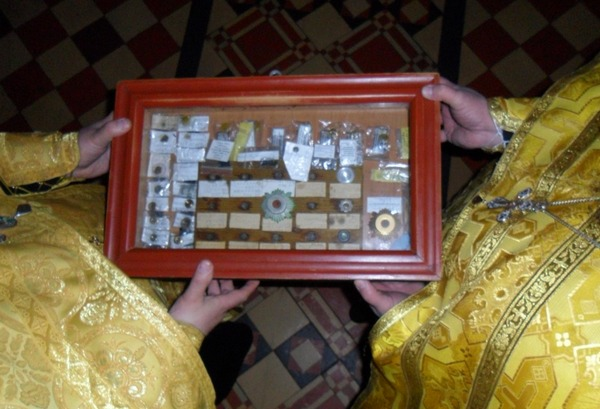 Священнослужители заносят в храм мощевик с мощами Святых угодников Божиих