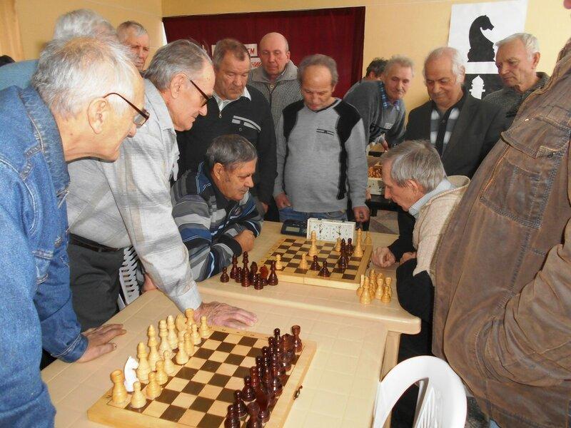 С интересом и вниманием ... Шахматный турнир. Выселки. Декабрь 2016